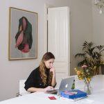 ung kvinna med laptop