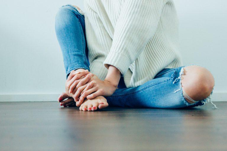 kvinna med trasiga jeans