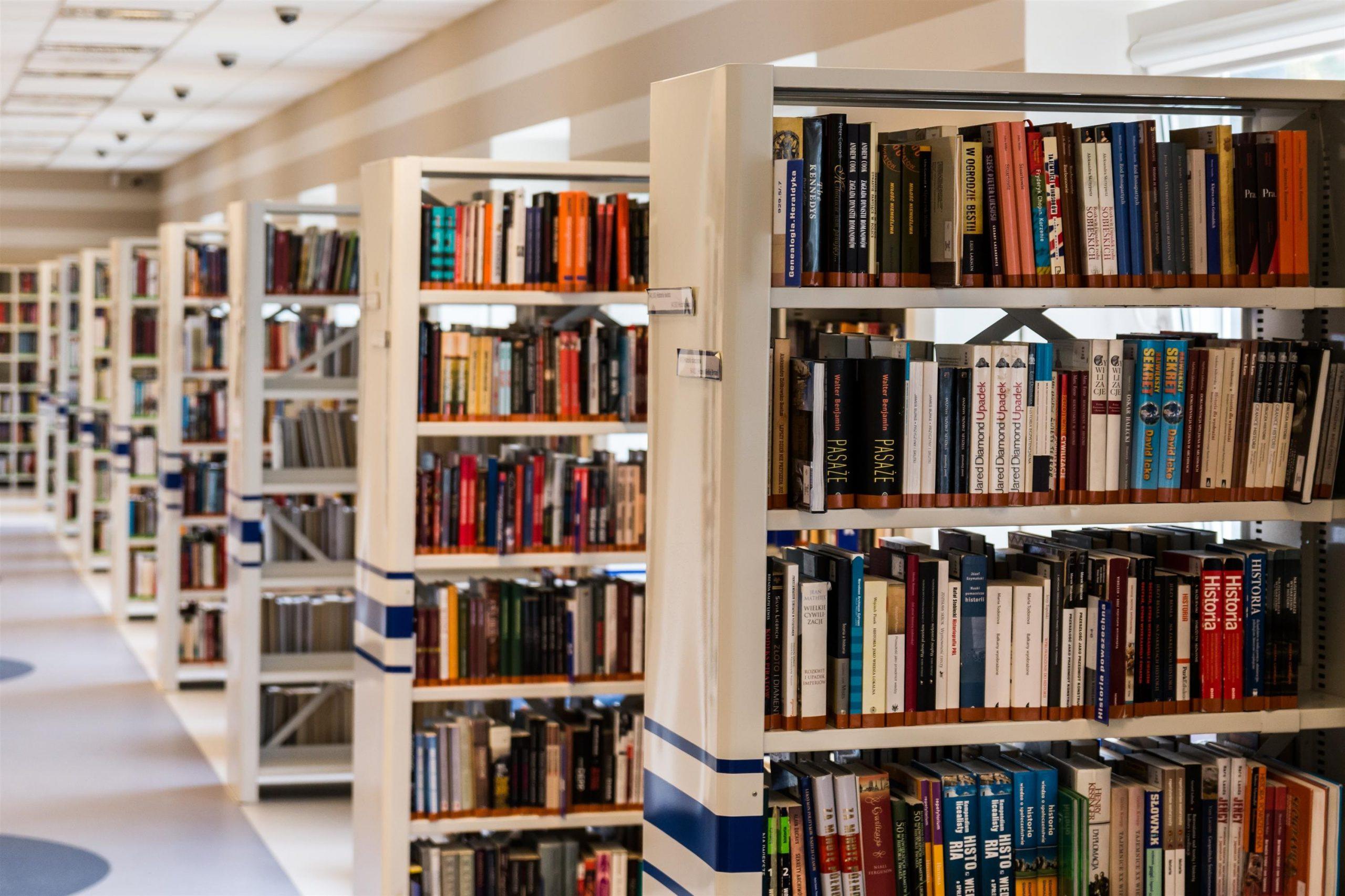 Rader av bokhyllor i ett bibliotek