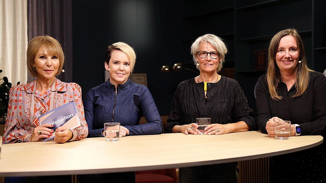 4 kvinnor ståendes bakom ett bord.