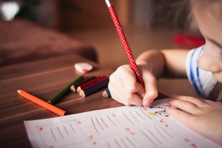 barn ritar i sin lärobok